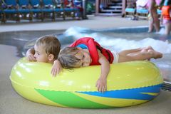 Niños en aquapark Imágenes de archivo libres de regalías