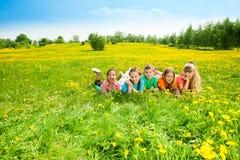 Niños en campo de flor Imagenes de archivo
