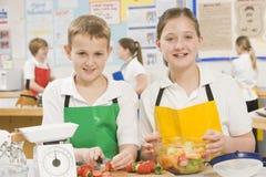 Niños en clase de cocinar Foto de archivo libre de regalías