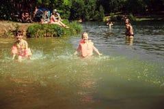 Niños en el lago Imagen de archivo