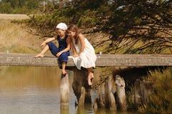 Niños en el puente Imagen de archivo libre de regalías