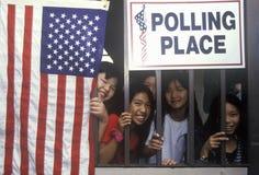Niños en la entrada a un colegio electoral, Fotografía de archivo libre de regalías