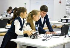 Niños en la olimpiada robótica Rusia 2014 del mundo en Sochi Fotos de archivo libres de regalías