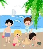 Niños en la playa asoleada. Fotos de archivo libres de regalías