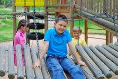 Niños en patio Foto de archivo