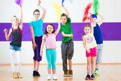 Niños en traninng de la clase de baile con las bufandas Fotografía de archivo libre de regalías