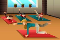Niños en una clase de la yoga Fotografía de archivo libre de regalías