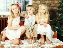 Niños felices - día de fiesta de la Navidad Imagenes de archivo