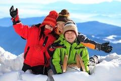 Niños felices en las montan@as nevosas Imágenes de archivo libres de regalías