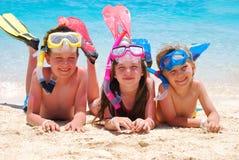Niños felices en una playa Fotografía de archivo libre de regalías