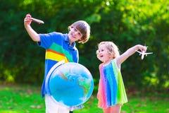 Niños felices que juegan con los aeroplanos y el globo Imagen de archivo