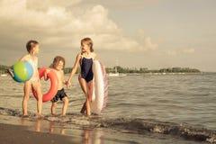 Niños felices que juegan en la playa Fotografía de archivo