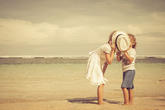 Niños felices que juegan en la playa Imágenes de archivo libres de regalías