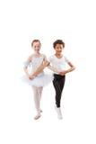 Niños interraciales que bailan junto Foto de archivo
