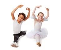 Niños interraciales que bailan junto Fotos de archivo libres de regalías