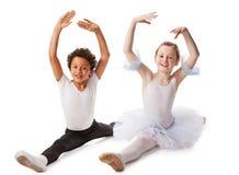 Niños interraciales que bailan junto Imagen de archivo