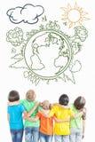 Niños multirraciales que miran en la tierra limpia, no contaminada del planeta Imagenes de archivo