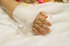 Niños pacientes con el intravenoso salino (iv) Fotos de archivo