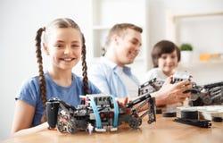 Niños positivos que juegan con lego Fotos de archivo