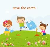 Niños que ayudan en cultivar un huerto respetuoso del medio ambiente, plantando los árboles, limpiando al aire libre Imagen de archivo