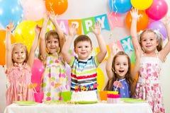 Niños que celebran día de fiesta del cumpleaños Imagenes de archivo