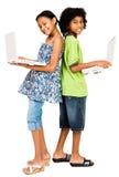 Niños que celebran las computadoras portátiles y la sonrisa Fotos de archivo