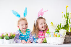 Niños que celebran Pascua en casa Imagenes de archivo