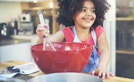 Niños que cocinan concepto del hogar de Activitiy de la felicidad Foto de archivo libre de regalías