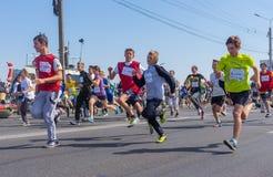 Niños que corren en el funcionamiento para la competencia de la vida durante actividad del local del día de la ciudad Fotografía de archivo libre de regalías