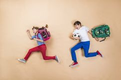 Niños que corren a la escuela Imagen de archivo libre de regalías