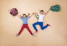 Niños que corren a la escuela Fotos de archivo libres de regalías