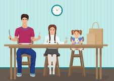 Niños que esperan la cena en la cocina Sostener una cuchara y una bifurcación en la mano Niños hambrientos de los niños que esper Foto de archivo