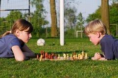 Niños que juegan a ajedrez Imagen de archivo libre de regalías