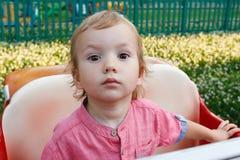 Niños que juegan el patio exterior, niño peculiar en parque, niño feliz Fotografía de archivo