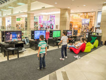 Niños que juegan a los juegos video Imagenes de archivo