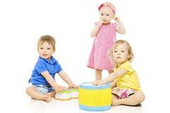 Niños que juegan los juguetes Los pequeños niños aislaron el fondo blanco Foto de archivo libre de regalías