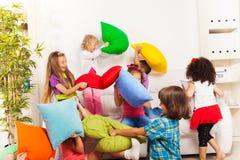 Niños que juegan lucha de almohada Fotos de archivo libres de regalías