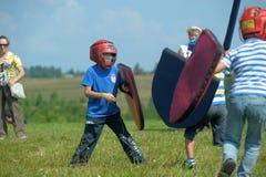 Niños que luchan con el escudo Imagen de archivo libre de regalías