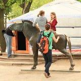 Niños que montan la estatua del caballo Imagen de archivo libre de regalías