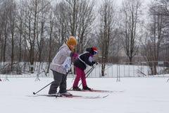Niños que participan en Ski Track de Rusia 2017 Fotografía de archivo