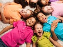 Niños que ponen en forma de la estrella Imágenes de archivo libres de regalías
