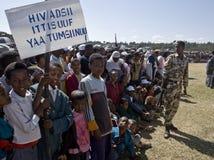 Niños que sostienen una bandera del VIH Imagenes de archivo