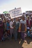 Niños que sostienen una bandera del VIH Fotografía de archivo libre de regalías