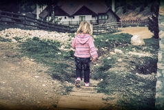 Niños solos en un camino de la montaña Foto de archivo