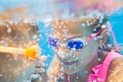 Niños subacuáticos del retrato Fotos de archivo libres de regalías