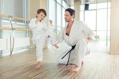 Niños éticos multi jovenes, hermosos, acertados en la posición del karate Foto de archivo libre de regalías