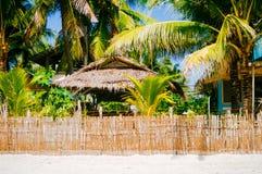 Nipa gorąca chałupa nad ogrodzeniem z białą piasek plażą na tropikalnej wyspie Zdjęcia Royalty Free