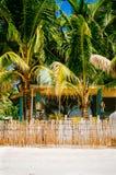 Nipa gorąca chałupa nad ogrodzeniem z białą piasek plażą na tropikalnej wyspie Zdjęcia Stock