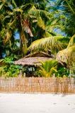 Nipa gorąca chałupa nad ogrodzeniem z białą piasek plażą na tropikalnej wyspie Obrazy Royalty Free