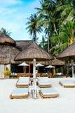 Nipahüttensonnenblende mit Bambus-sunbeds auf weißem Korallensandstrand Stockbilder